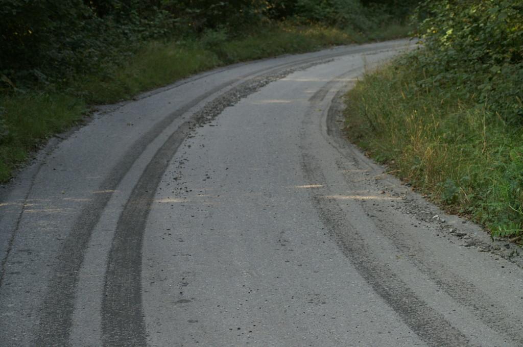 30 set. 2009 - Le tracce di acqua, scorie e ceneri lasciate lungo la strada verso Lostallo. La stada è stata pulita una volta in vista di un sopralluogo, dopo un mese e mezzo dagli apporti.
