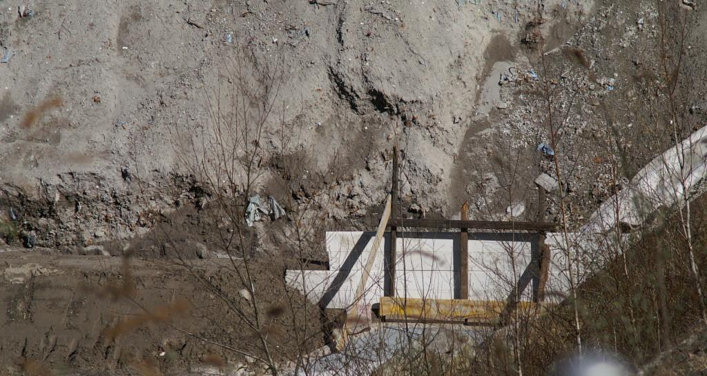Le ultime protezioni non ancora ricoperte di terra tra la discarica reattore e il piazzale sottostante dopo la segnalazione delle gravi inadempienze e dell'inquinamento segnalate in data