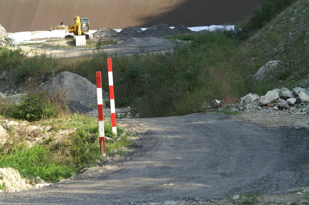 La pista pavimentata per i primi mesi di trasaporti (licenza edilizia?) con asfalto riciclato da Mesocco, percorsa nel ritorno dai camion impregnati di scorie e ceneri!
