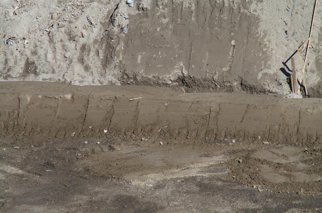 Le protezioni tra la discarica reattore e il piazzale sottostante dopo la segnalazione delle gravi inadempienze e dell'inquinamento segnalate in data marzo 2010