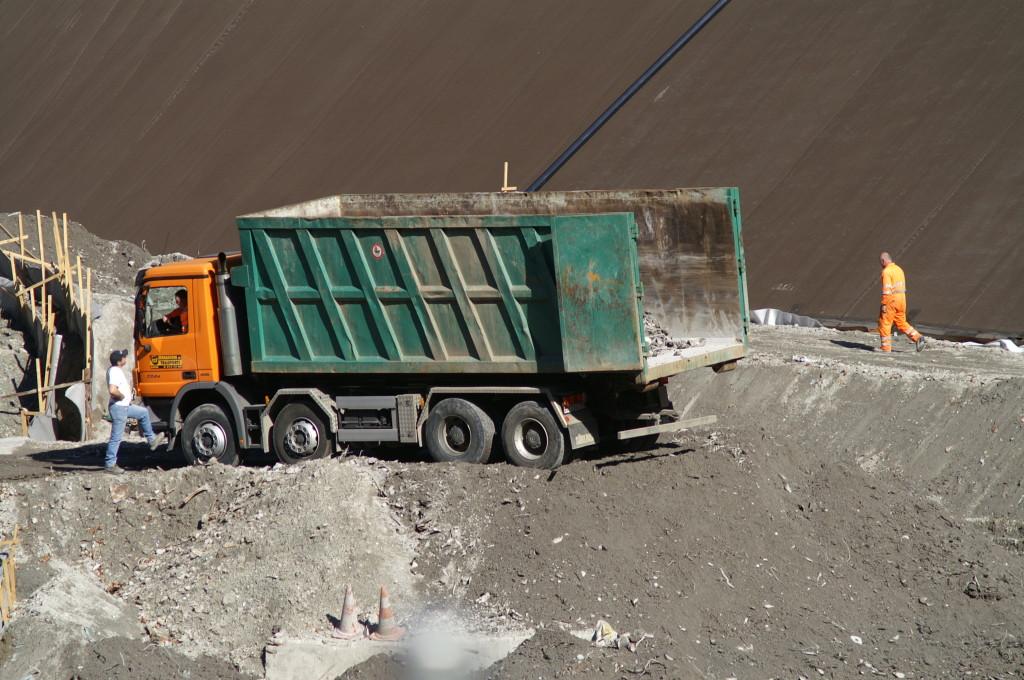 ore 16:26 Scarico di un camion di scorie in discarica
