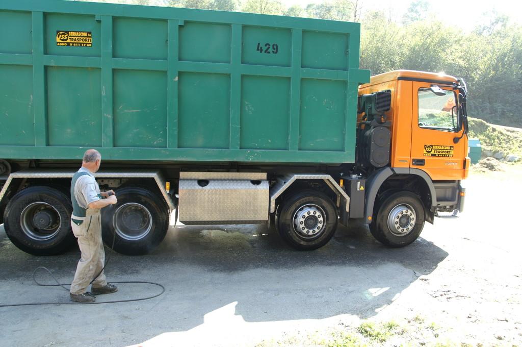 Camion lavati tramite una semplice idropulitrice in meno di 4 minuti, sistemi di lavoro da terzo mondo e tempi di lavaggio da guisness dei primati