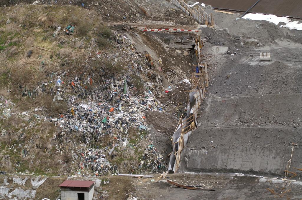 """27 feb.2010  Separazione """"assai artigianale"""", (chi la esegue e con quale progetto?) tra la vecchia discarica e le scorie e ceneri della discarica reattore."""