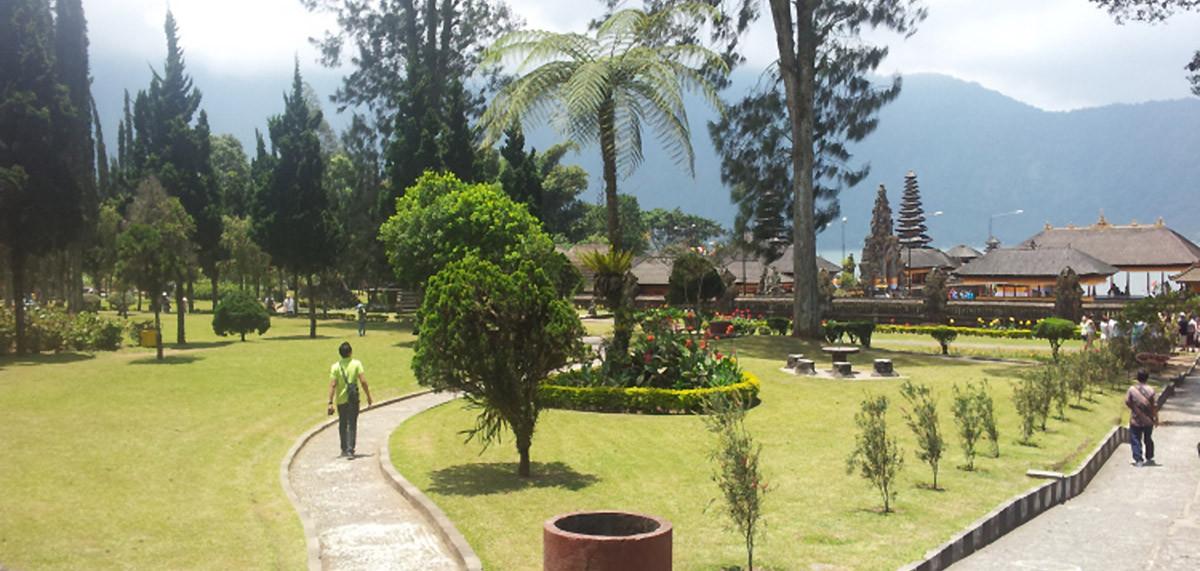 Le temple au bord du lac Bratan avec son jardin botanique