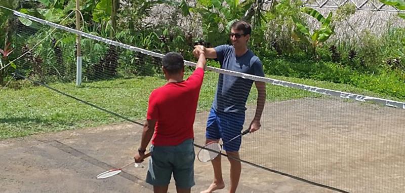 un terrain de badminton