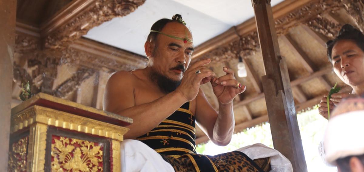 grand prêtre à Bali