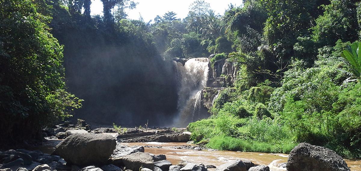 La grande cascade dans la nature de Galungan