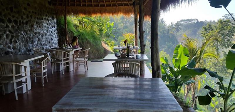 salle à manger ouverte sur l'extérieur