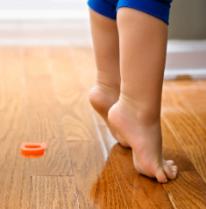 enfant qui marche sur la pointe des pieds