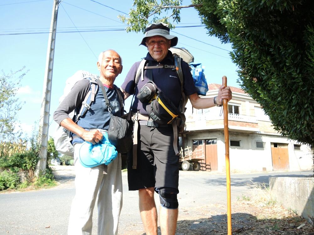 Auf dem Weg nach Laxe treffe ich wieder den netten 76 jährigen Pilger aus Indonesia