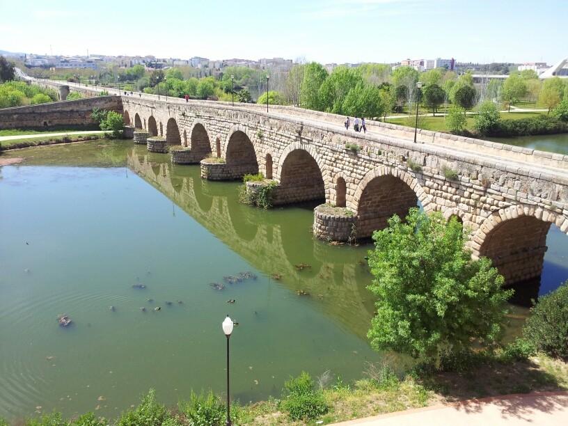 Die 792 m lange Römische Brücke in Merida wurde in 1. Jahrhundert n.Chr. erbaut.