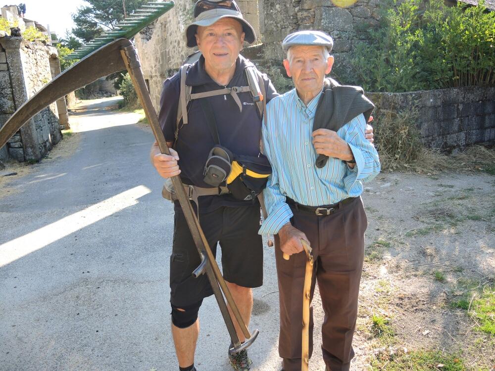 Der Mann (rechts) ist 90 und Kern gesund. Geht jeden Tag min 10 km. Trinkt wenig Wasser, mehr Wein...