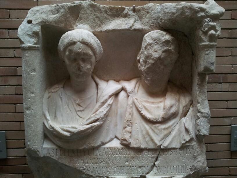 Römischer Brautpaar. Offensichtlich beim nichtgefallen gabt es schon damals nachtraegliche Korrekturen :).