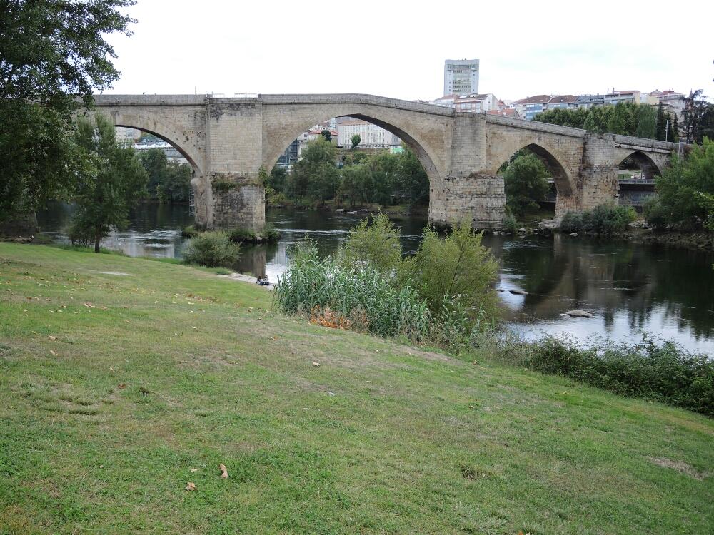 Die imposante Römer Brücke über Rio Mino