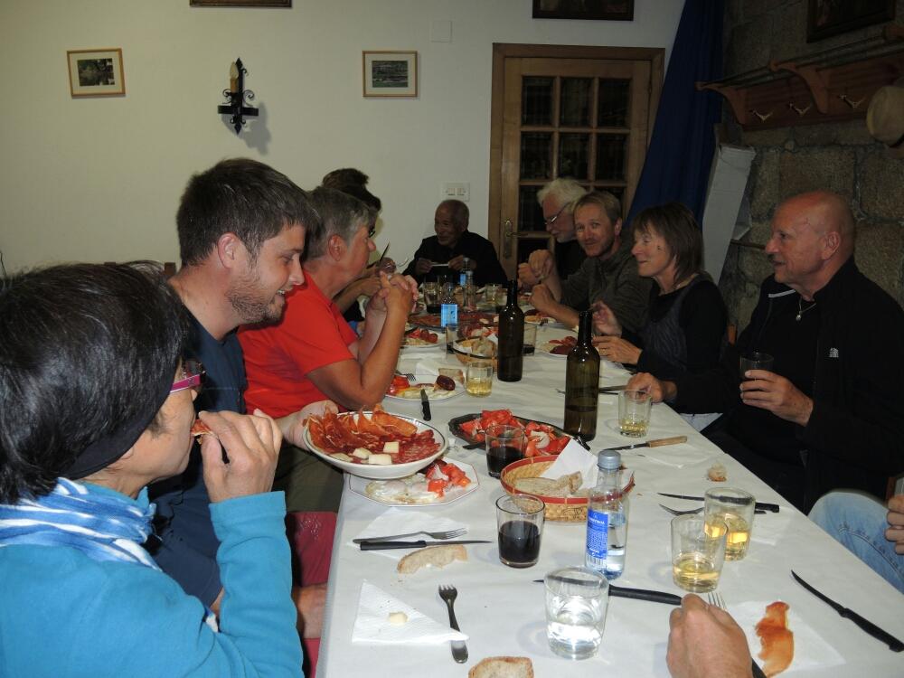 Gemeinsames Abendessen. An einem Tisch Pilger aus: Spanien, Deutschland, England, Belgien, Schweden, Südafrika, Filipinen, Indonesien, Australien und Mexiko,