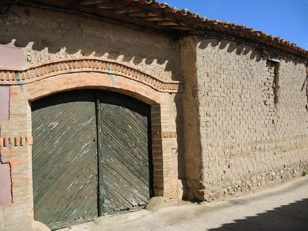 Viele Häuser sind noch mit Lehm Ziegel gebaut. Der Mauerwerk wird jetzt stolz freigelegt