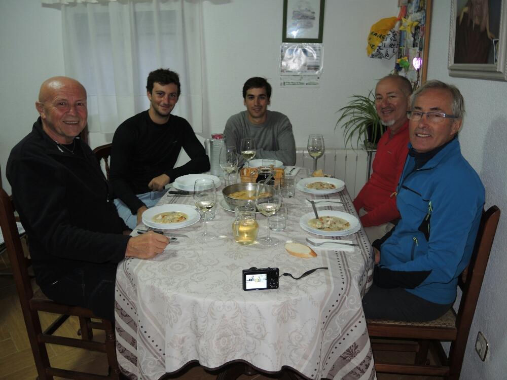 Gemeinsames Abendessen auf dem Hof mit Pilger aus Spanien, USA und Frankreich. Die Bäuerin  kocht hervorragend und regional.