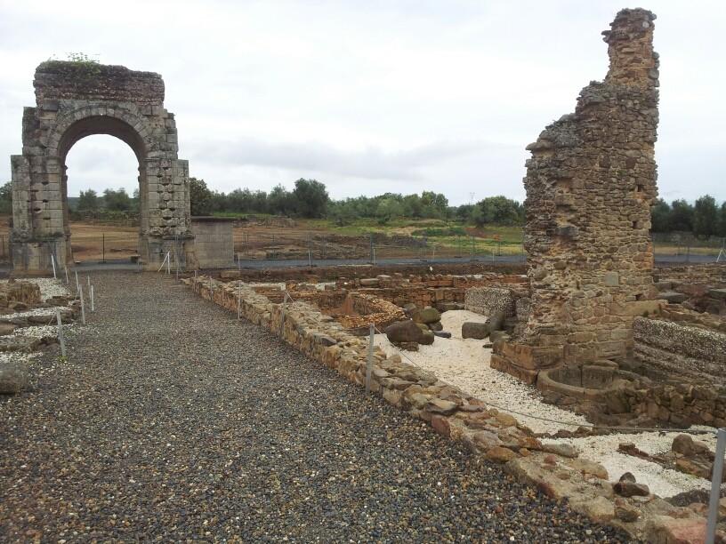 Römische Ausgrabungen mit gut erhaltenem Bogen Arco de Caparra.