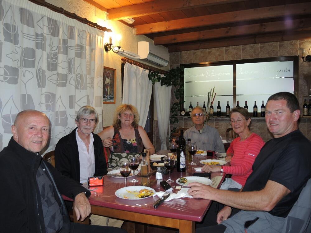 Gemeinsames Abendessen mit Pilger aus Frankreich in Montamarta. Pilgermenü für 10 € Wein incl. war hervorragend