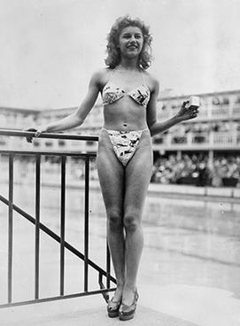 Micheline Bernardini, eine Nackttänzerin aus Paris, präsentierte am 5. Juli 1946 den allerersten Bikini - Copyright: Gamma Rapho