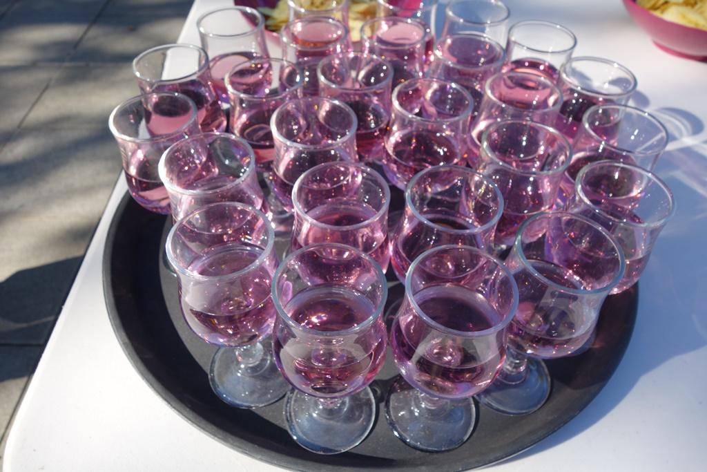 Apéro coloré: le kir à la violette est servi
