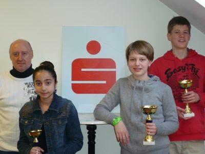 v.l.n.r.: Trainer Martin Egger, Rabia Seker, Lena Kraft, Jeremias Frank