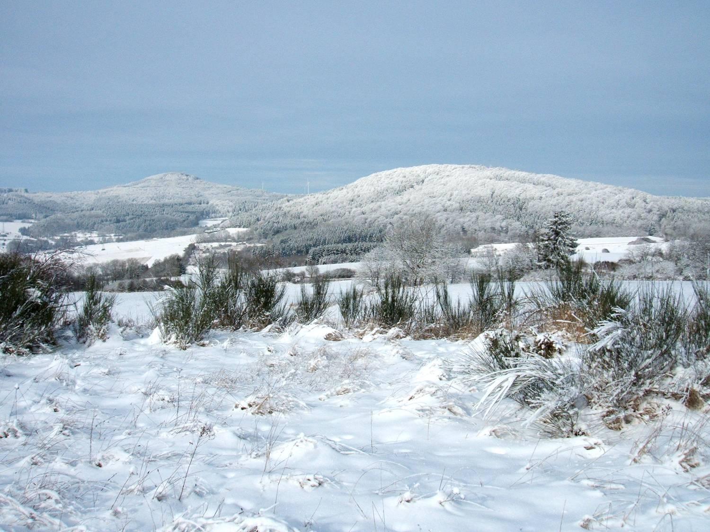 Vulkanberge Ernstberg (li.) und Asseberg (re.) im Winter