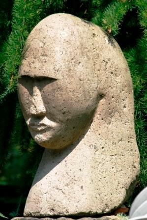 Kopf, Eifler Tuff, 1998, 57 cm hoch.