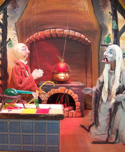 Herr Miesling lässt sich von der Hexe Keppelzahn künstliche Riesenfrüchte hexen.