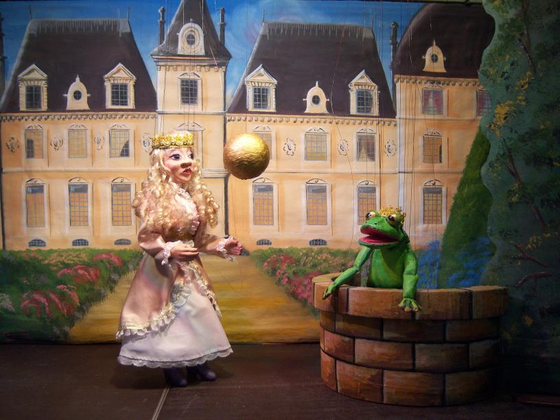 Prinzessin Henriette spielt mit ihrer goldenen Kugel.