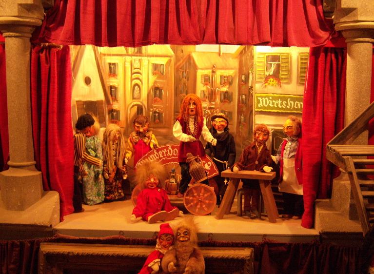 Das erste private Haustheater im Keller. Figuren von Stefanie und Leopold G. Grausam.