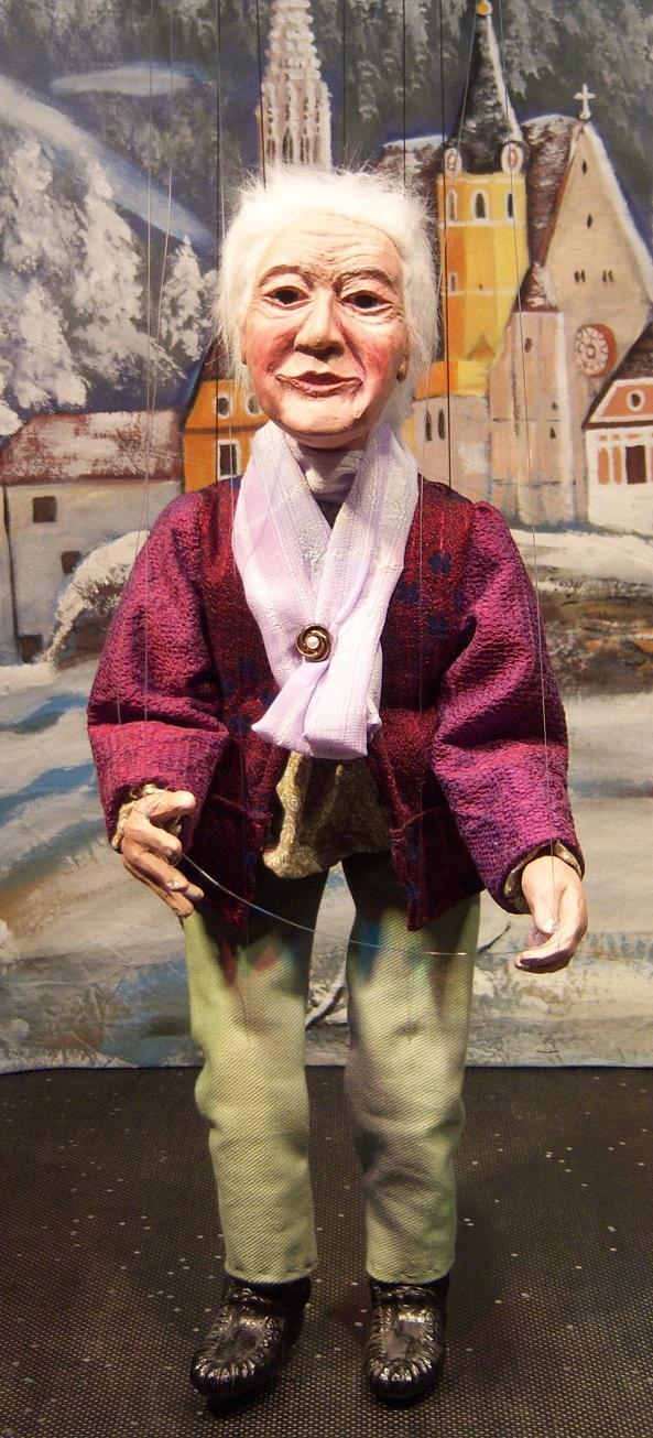 Florentina-Oma. Porträtmarionette (Bühnenbild: Wallfahrtskirche in Gratwein-Straßengel bei Graz)