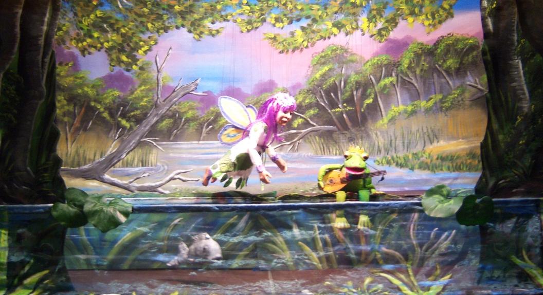 Der Frosch singt am Teich. Die Elfe Viola gibt ihm einen Tipp, wie er erlöst werden kann.