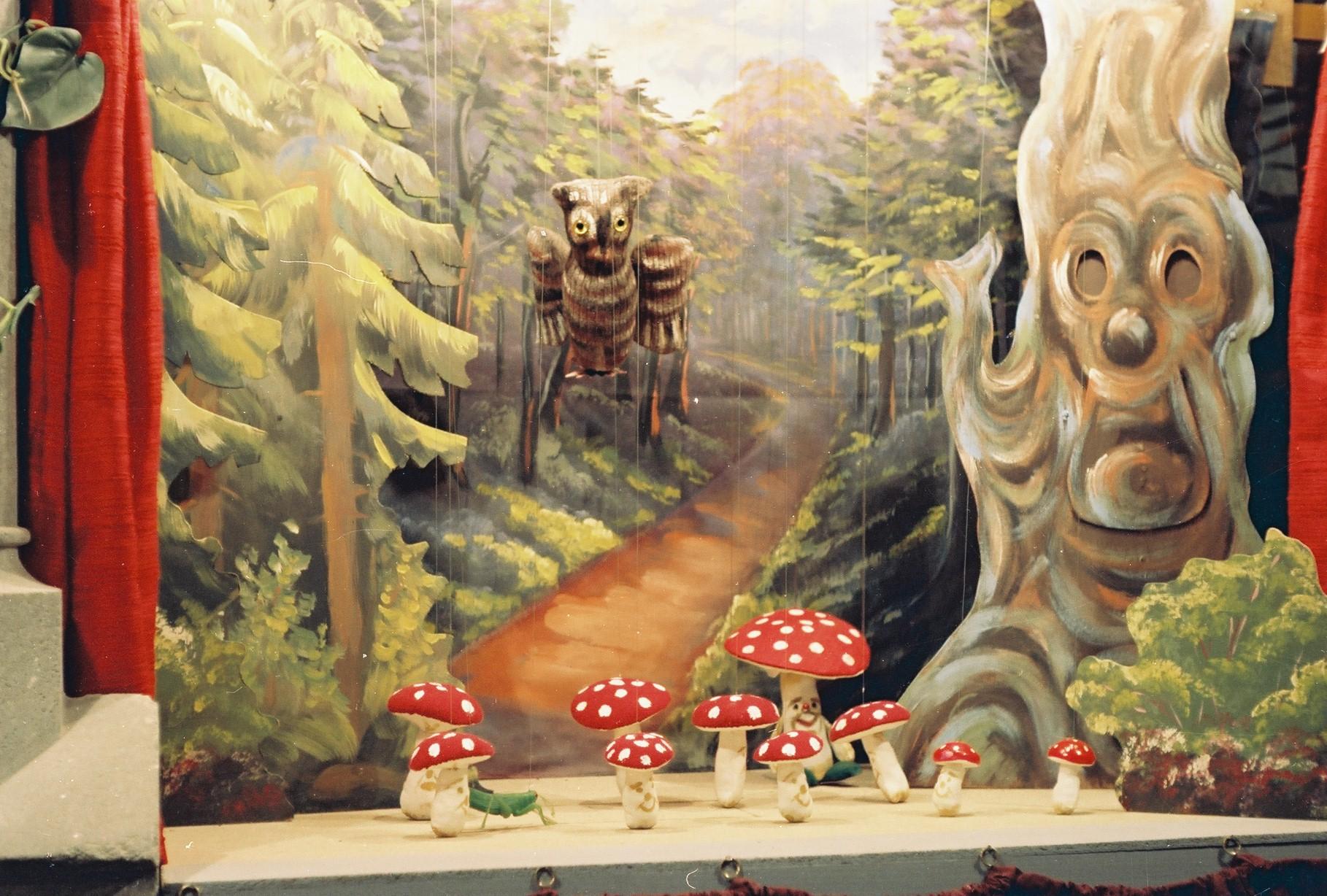 """Szenenbild aus """"Die Hexe Keppelzahn"""", Marionettenbühne im Keller; Bühnenbilder, Flachfigur u. Marionetten: Leopold G. Grausam, Schneiderei: Stefanie Grausam."""