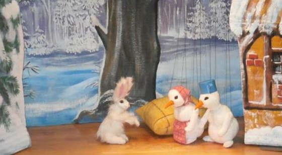 Die Kobolde im Schneemannkostüm retten den Hasen. © 2015 by Susanne Pucher, Kindergarten Neunkirchen