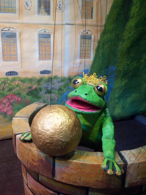 Der Frosch hat die Kugel aus dem Brunnen geholt.