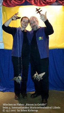 """""""Bienen in Gefahr"""" beim 4. Internationalen Marionettenfestival Lübeln (Niedersachsen / Deutschland), 13.7.2017, Foto: Inken Kirkerup """"Bienen in Gefahr"""" beim Marionettenfestival Lübeln (Niedersachsen / Deutschland)"""
