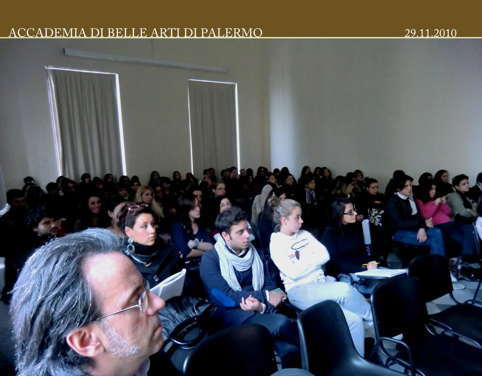 Prof. Vittorio Ugo Vicari e gli Studenti del Corso di Progettazione della Moda