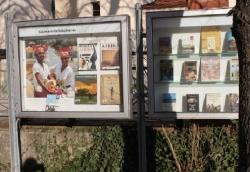 Schaukästen zwischen Kirche und Bücherei