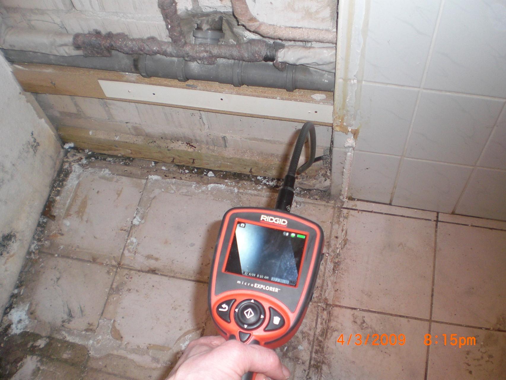 Inspektion in Hohlräumen nach Wasserschäden