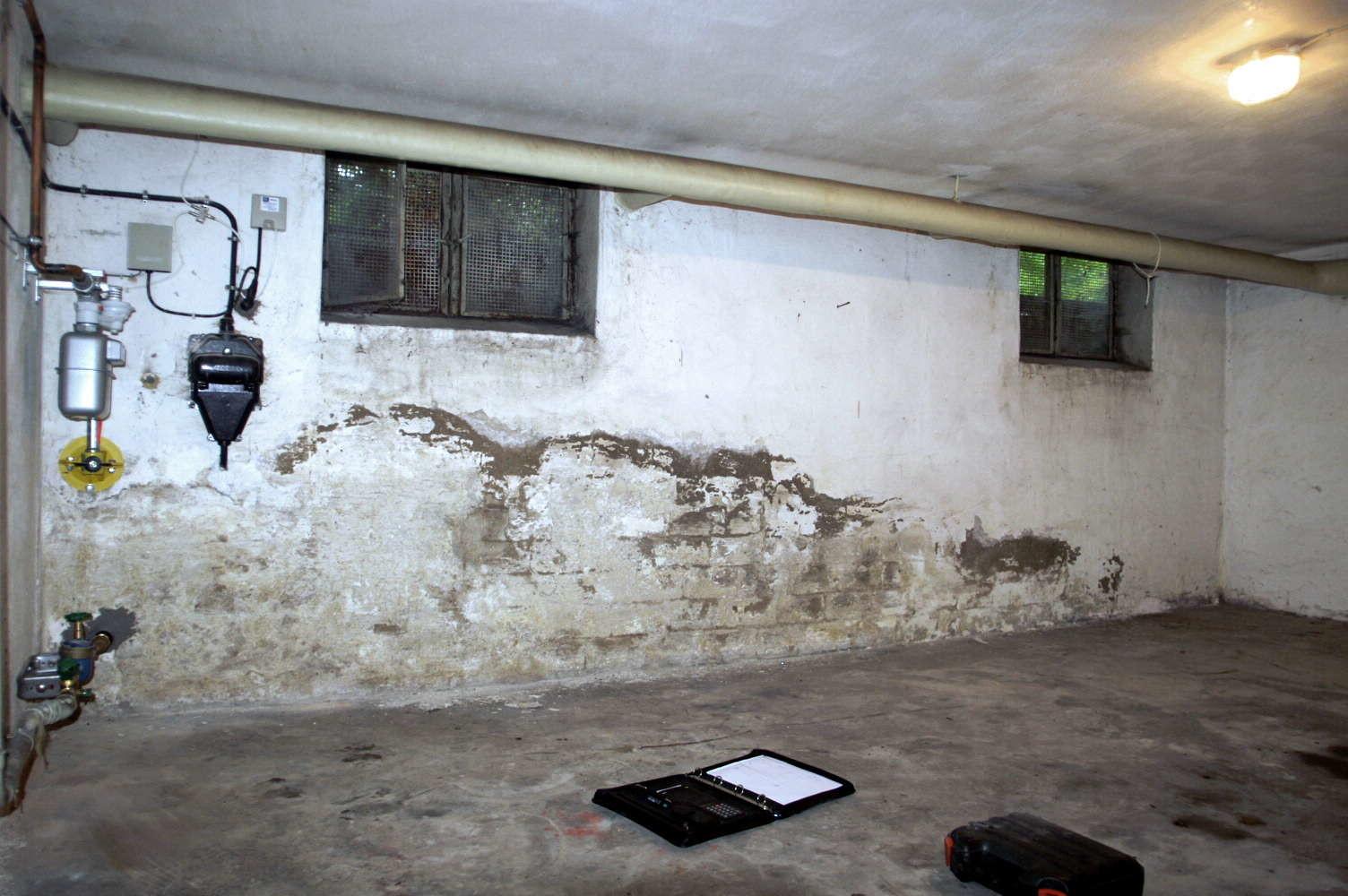 Bauschädliche Salze durch aufsteigende Mauerfeuchte