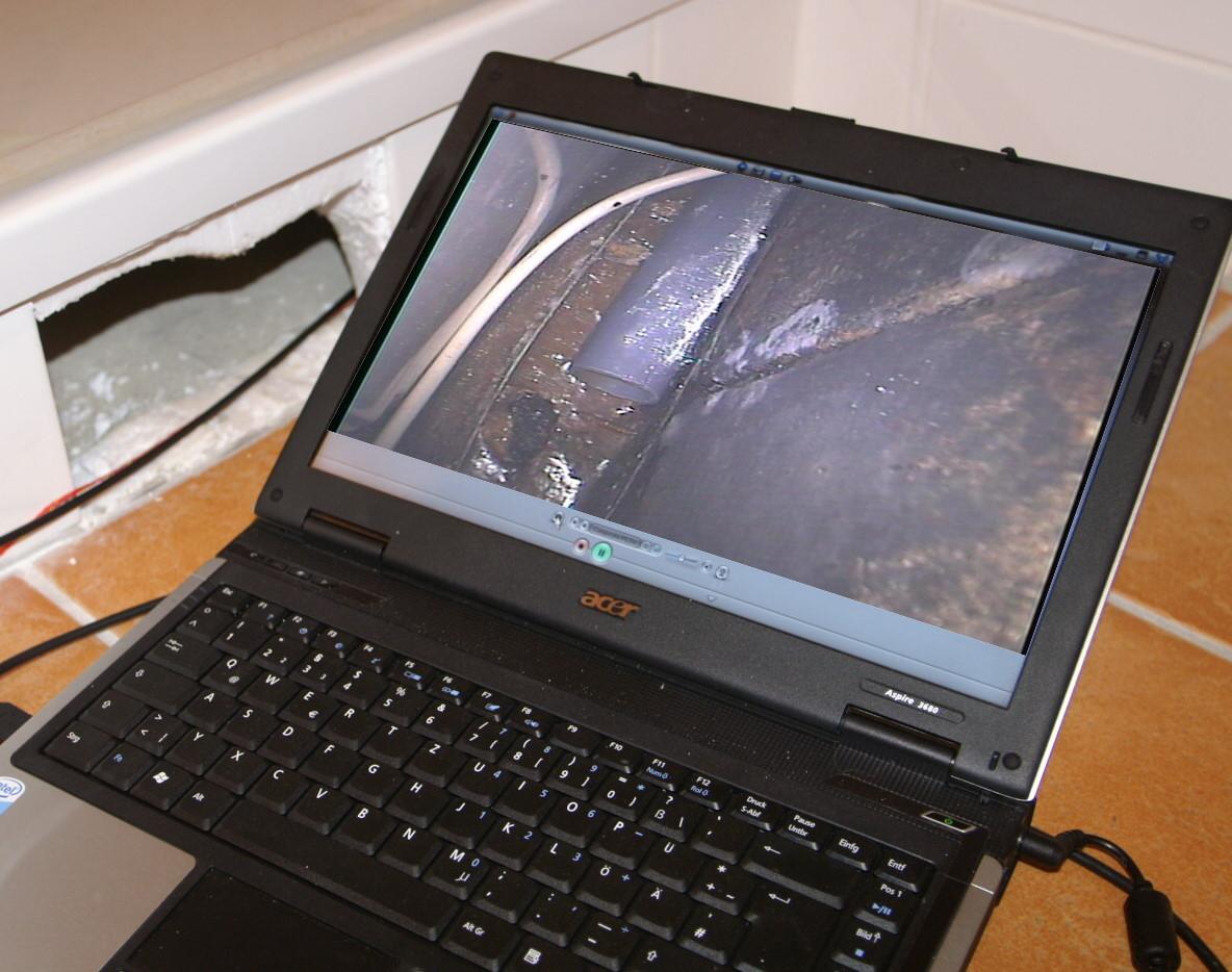 Inspektion in Hohlräumen. Abbildung zeigt verstecke Schimmelpilzquelle