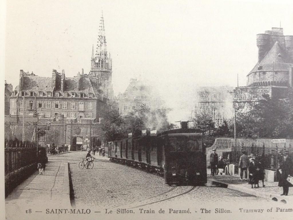 Départ d'un tram pour Paramé. On notera la composition renforcée.