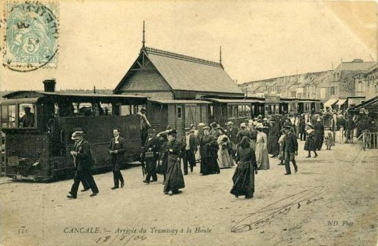Arrivée d'un tram de St-Malo à La Houle.