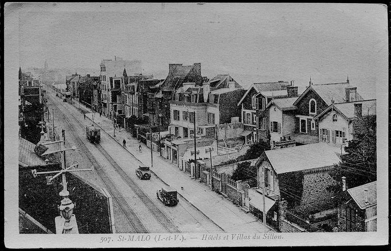 Passage d'un tram sur la digue, entre St-Malo et Paramé. La ligne est alors à double voie de bout en bout.