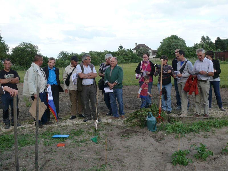 public écoutant les conseils de jardinage
