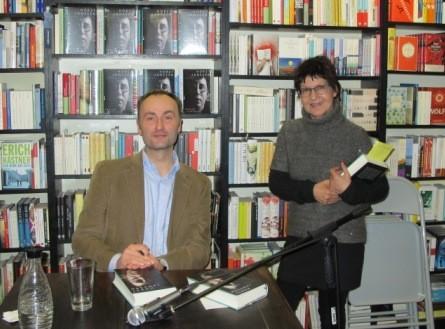 Historiker und Autor Henning Albrecht liest bei der Buchhandlung Slawski. Hier mit der Chefin.