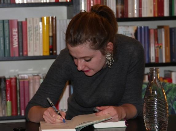Olga Grjasnowa signiert Bücher nach der Lesung bei Slawski