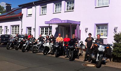 Motorradclub nach einem erholsamen Wochenende bei Plumhoff Rhön Gruppenfoto
