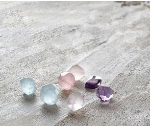 ジュエリー制作の楽しみは天然石選びから。お教室で使う天然石は、透明度や輝きなどクオリティーを一点一点見極めて買い付けています。